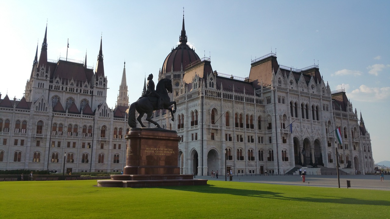 Magyar történelmi nevezetességek határon innen és túl
